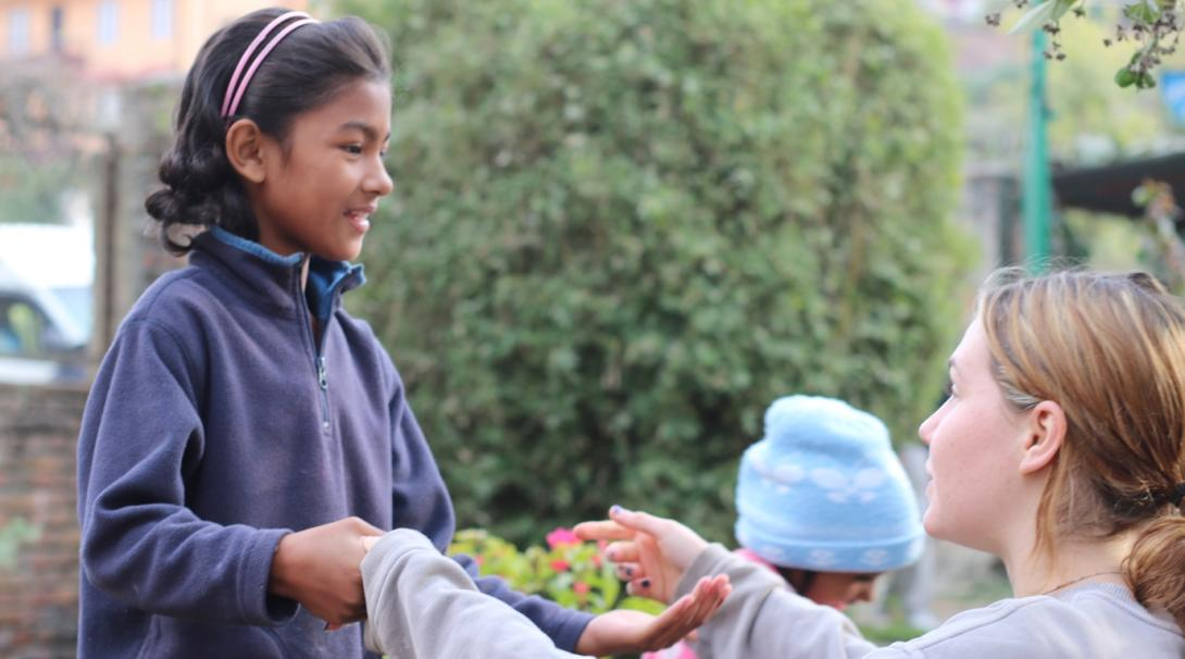 ネパールで活動中の社会福祉インターンと現地の子供